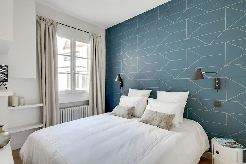 Geometric-Patterned-Wallpaper-Behind-the-Bed